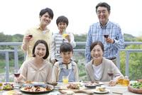 テラスで食事する3世代家族 07800055569| 写真素材・ストックフォト・画像・イラスト素材|アマナイメージズ
