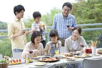 テラスで食事する3世代家族 07800055570| 写真素材・ストックフォト・画像・イラスト素材|アマナイメージズ