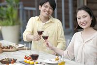 テラスで食事するカップル