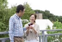 ワインを持つ中年夫婦