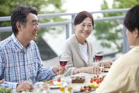 テラスで食事する家族 07800055600| 写真素材・ストックフォト・画像・イラスト素材|アマナイメージズ