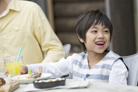 テラスで食事する男の子 07800055607| 写真素材・ストックフォト・画像・イラスト素材|アマナイメージズ