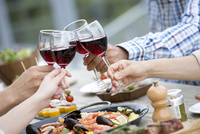 ワインで乾杯をする4人の手元 07800055613| 写真素材・ストックフォト・画像・イラスト素材|アマナイメージズ