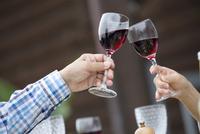 ワインで乾杯をする2人の手元