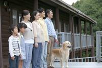 テラスに佇む3世代家族 07800055621| 写真素材・ストックフォト・画像・イラスト素材|アマナイメージズ