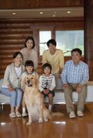 犬と3世代家族 07800055624| 写真素材・ストックフォト・画像・イラスト素材|アマナイメージズ