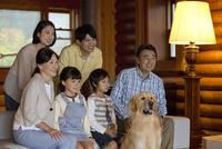 犬と3世代家族 07800055625| 写真素材・ストックフォト・画像・イラスト素材|アマナイメージズ