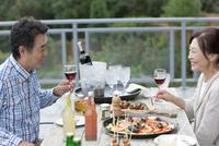 テラスで食事する夫婦 07800055640| 写真素材・ストックフォト・画像・イラスト素材|アマナイメージズ