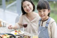 テラスで食事する親子