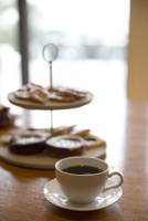 コーヒーカップとお菓子