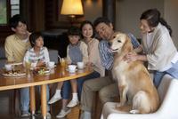 ソファに座る3世代家族 07800055680| 写真素材・ストックフォト・画像・イラスト素材|アマナイメージズ