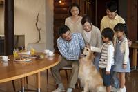 犬と3世代家族 07800055681| 写真素材・ストックフォト・画像・イラスト素材|アマナイメージズ