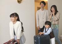 ホテルの客室に入る4人家族
