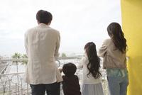景色を眺める4人家族