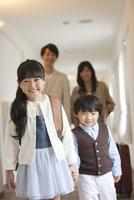 ホテルの廊下を歩く4人家族