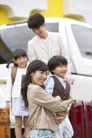 ホテルの前にいる4人家族