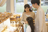 パン屋でパン選ぶを3人家族 07800055750| 写真素材・ストックフォト・画像・イラスト素材|アマナイメージズ
