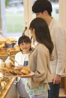 パン屋でパン選ぶを3人家族 07800055751| 写真素材・ストックフォト・画像・イラスト素材|アマナイメージズ