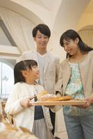 パン屋でパン選ぶを3人家族 07800055753| 写真素材・ストックフォト・画像・イラスト素材|アマナイメージズ