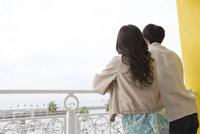 景色を眺める夫婦