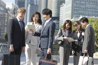 タブレットPCを見るビジネスマンとビジネスウーマン 07800055779| 写真素材・ストックフォト・画像・イラスト素材|アマナイメージズ