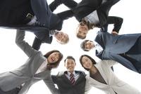 円陣を組むビジネスマンとビジネスウーマン6人 07800055838| 写真素材・ストックフォト・画像・イラスト素材|アマナイメージズ