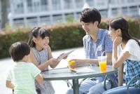 笑顔で会話する4人家族