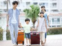 スーツケースを引いて歩く4人家族 07800055958| 写真素材・ストックフォト・画像・イラスト素材|アマナイメージズ