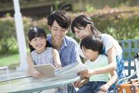 タブレットPCを見る4人家族