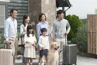 旅行をする3世代家族と犬 07800055992| 写真素材・ストックフォト・画像・イラスト素材|アマナイメージズ