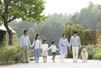 手をつなぐ3世代家族と犬 07800055994| 写真素材・ストックフォト・画像・イラスト素材|アマナイメージズ
