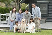 笑顔の3世代家族と犬 07800055996| 写真素材・ストックフォト・画像・イラスト素材|アマナイメージズ