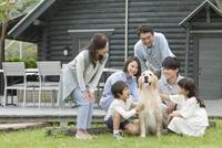 犬をあやす3世代家族 07800055997| 写真素材・ストックフォト・画像・イラスト素材|アマナイメージズ