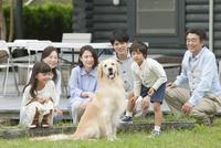 3世代家族と犬 07800055998| 写真素材・ストックフォト・画像・イラスト素材|アマナイメージズ