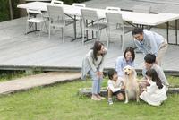 3世代家族と犬 07800055999| 写真素材・ストックフォト・画像・イラスト素材|アマナイメージズ