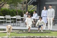 3世代家族と犬 07800056000| 写真素材・ストックフォト・画像・イラスト素材|アマナイメージズ