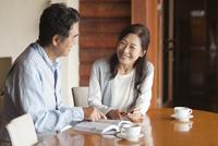 ガイドブックを見る中高年夫婦 07800056009| 写真素材・ストックフォト・画像・イラスト素材|アマナイメージズ