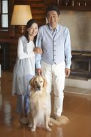 笑顔の中高年夫婦と犬 07800056014| 写真素材・ストックフォト・画像・イラスト素材|アマナイメージズ
