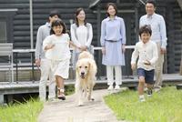 3世代家族と犬 07800056021| 写真素材・ストックフォト・画像・イラスト素材|アマナイメージズ