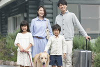 旅行をする4人家族と犬 07800056028| 写真素材・ストックフォト・画像・イラスト素材|アマナイメージズ