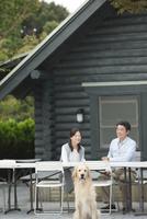 テラスで会話する中高年夫婦と犬 07800056031| 写真素材・ストックフォト・画像・イラスト素材|アマナイメージズ