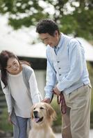 犬の散歩をする中高年夫婦 07800056032| 写真素材・ストックフォト・画像・イラスト素材|アマナイメージズ