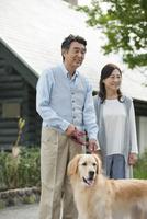 犬の散歩をする中高年夫婦 07800056033| 写真素材・ストックフォト・画像・イラスト素材|アマナイメージズ