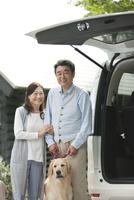 笑顔の中高年夫婦と犬 07800056034| 写真素材・ストックフォト・画像・イラスト素材|アマナイメージズ