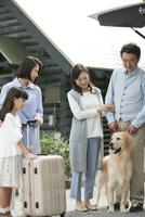 3世代家族と犬 07800056036| 写真素材・ストックフォト・画像・イラスト素材|アマナイメージズ