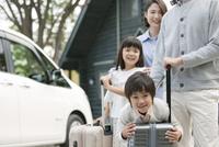旅行をする4人家族