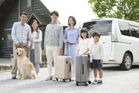 旅行をする3世代家族と犬 07800056044| 写真素材・ストックフォト・画像・イラスト素材|アマナイメージズ