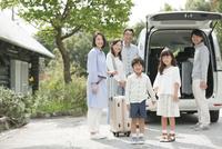 旅行をする3世代家族