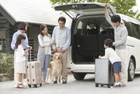 旅行をする3世代家族と犬 07800056046| 写真素材・ストックフォト・画像・イラスト素材|アマナイメージズ