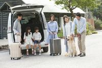 旅行をする3世代家族と犬 07800056048| 写真素材・ストックフォト・画像・イラスト素材|アマナイメージズ